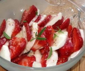 Клубнично-медовый салат с моцареллой