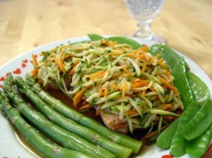 тост с салатом из зеленой спаржи и тунца