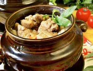 Баранина с черносливом и картофелем, запеченная в горшочке